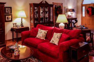 skrigende rød sofa